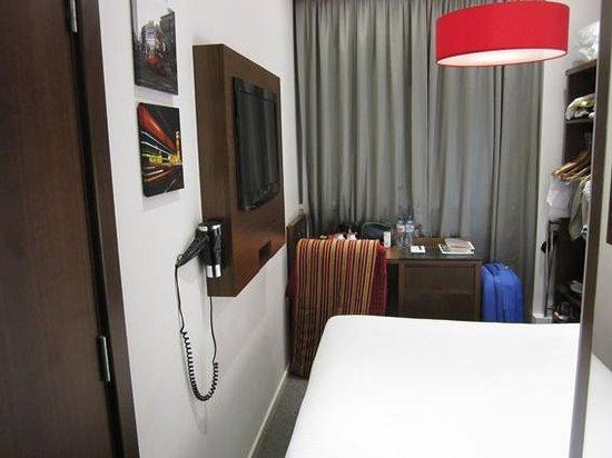 Best Western Seraphine Kensington Olympia Hotel: Escaso espacio a los pies de la cama para pasar