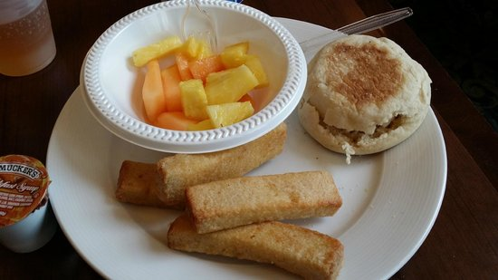 Staybridge Suites Indianapolis - Carmel : Breakfast with fruit and french toast sticks