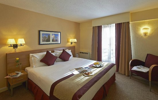 Citadines Barbican London: Soft cushions and a comfortable mattress, an immaculate decor in a modern hotel.