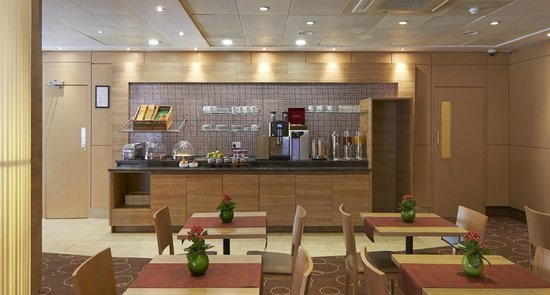 Citadines Barbican London: Continental breakfast is served daily with a wide selection of products