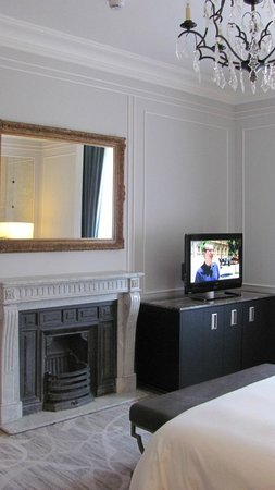 Hotel Maria Cristina, a Luxury Collection Hotel, San Sebastian: Fire place in the bedroom of our suite