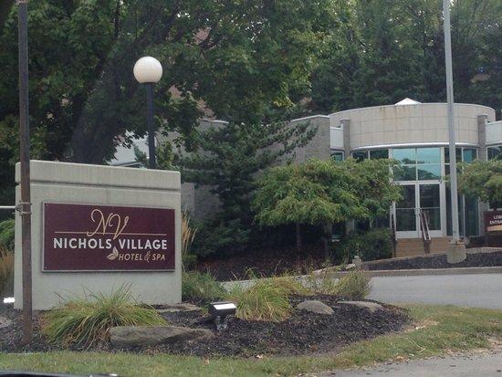 Nichols Village Hotel & Spa: Entrance