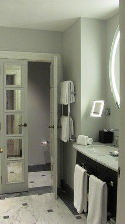 Hotel Maria Cristina, a Luxury Collection Hotel, San Sebastian: Bathroom in our suite