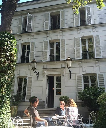 Hotel Particulier Montmartre : Hotel front from entry and Garden