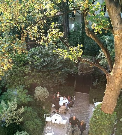 Hotel Particulier Montmartre : Garden Entry and Eating