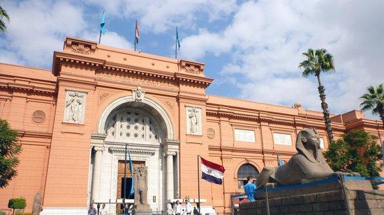 Musée égyptien du Caire : Front garden