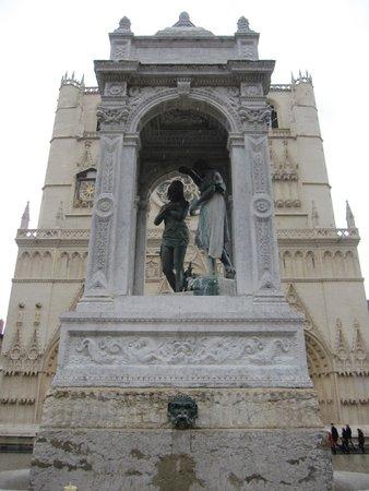 Cathédrale Saint-Jean Baptiste : Monumento frente a la catedral