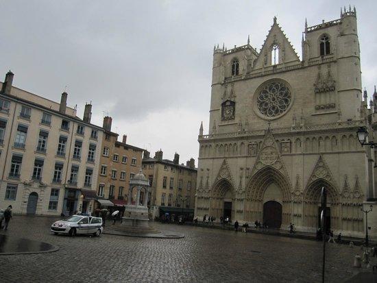 Cathédrale Saint-Jean Baptiste : La catedral y su entorno