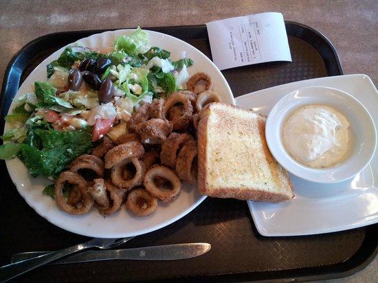 L & W Pizza & Spaghetti House: Calamari and Greek salad
