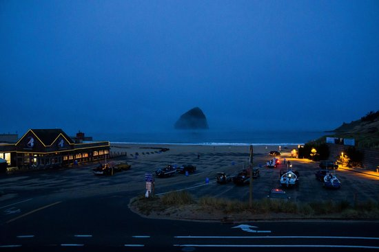 Inn At Cape Kiwanda: Early morning with Dories heading out to sea