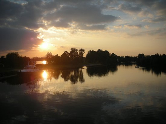Lucky Lake Hostel: The view of the lake in sunset.
