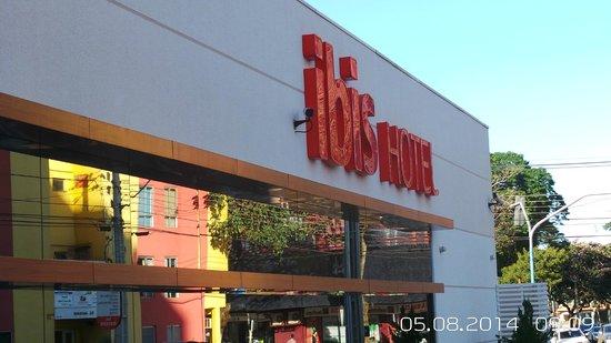 Ibis Foz Do Iguacu: Frente com reflexo da rua!