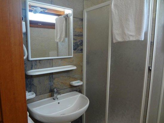 Torre del Cardo: il bagno nuovo con phon e doccia ampia