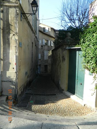 Kyriad Avignon - Palais Des Papes: Side street