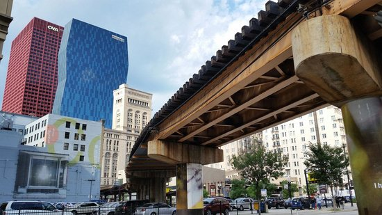Travelodge Hotel Downtown Chicago: The overhead train is just west of the hotel.