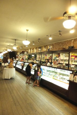 La King's Confectionery: candy counter