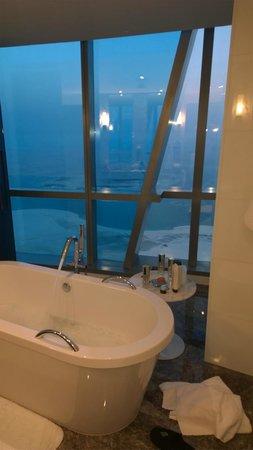 Jumeirah at Etihad Towers: Amazing bathrooms