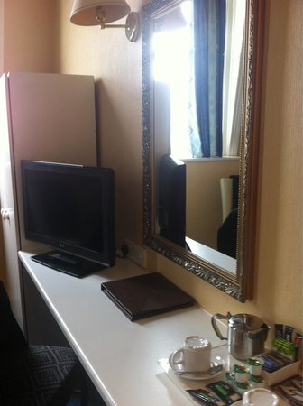 North Euston Hotel: T V and mirror