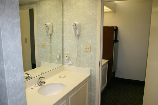Motel 6 Roanoke: Bathroom