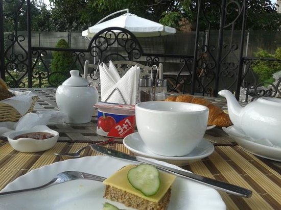 Oselya Kiev: Breakfast in the garden