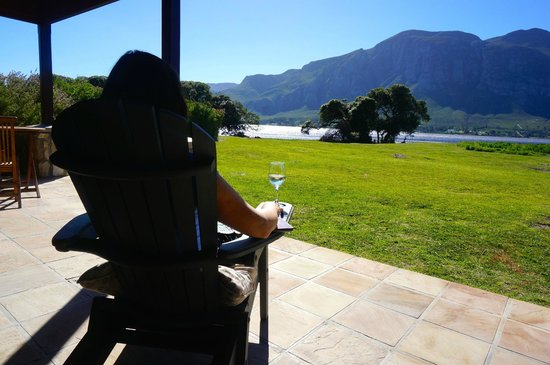MOSAIC Lagoon Lodge: Enjoying wine and the view on the stoep of Duminy Cottage
