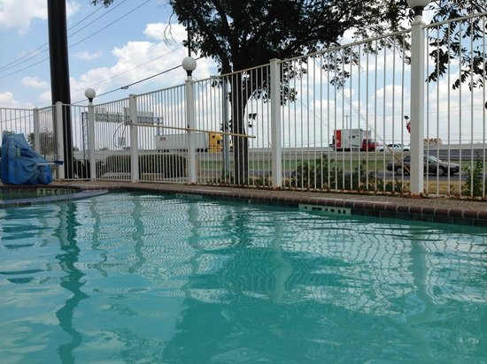 Comfort Inn and Suites : Pool with highway view