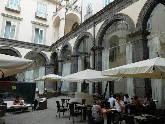 Palazzo Caracciolo Napoli MGallery by Sofitel: Breakfast courtyard