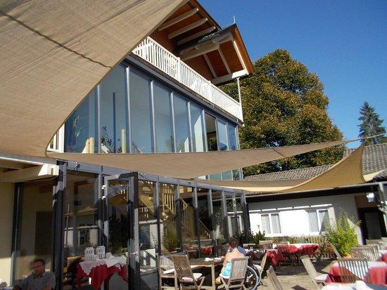 Landhaus Knura: Blick von der Terrasse auf das Hotel