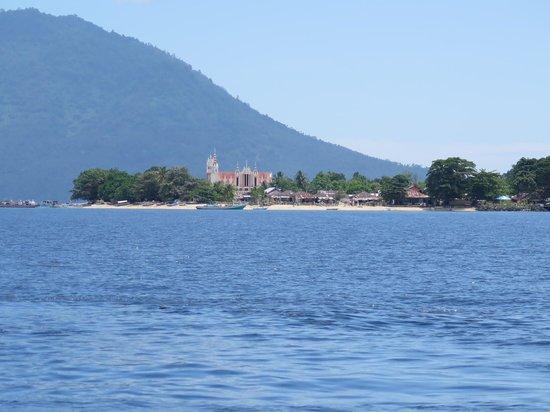 Bunaken Kuskus Resort: Der Blick auf Bunaken Village bei er Anreise