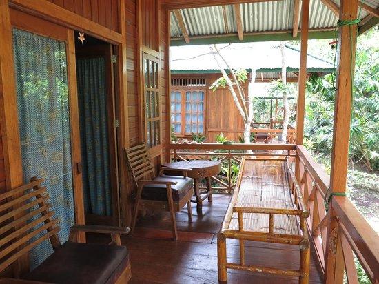 Bunaken Kuskus Resort: Veranda des Bungalows
