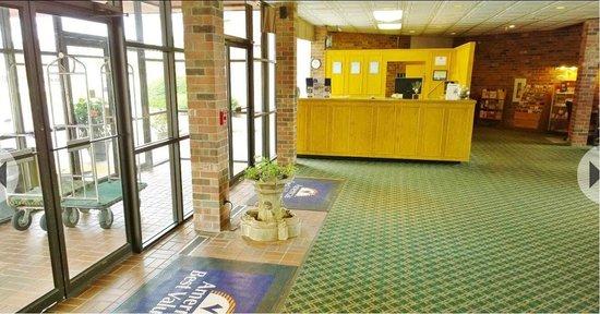 Baymont Inn & Suites Normal Bloomington: Front Desk & Lobby