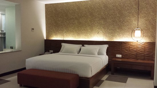 Sun Island Hotel & Spa Legian: The suite room. i love the bed and the pillows!