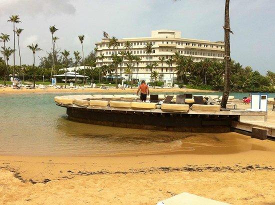 Condado Lagoon Villas at Caribe Hilton: tanning and beach area