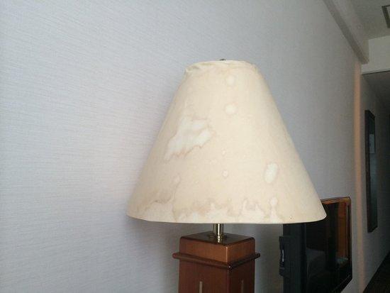 Court Hotel Hiroshima: Aunque la habitación estaba limpia todo estaba un poco descuidado, en especial nueatra lámpara l