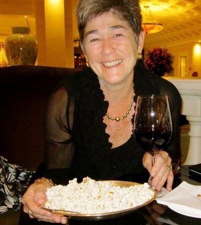 Hotel Adlon Kempinski: Popcorn at the bar!