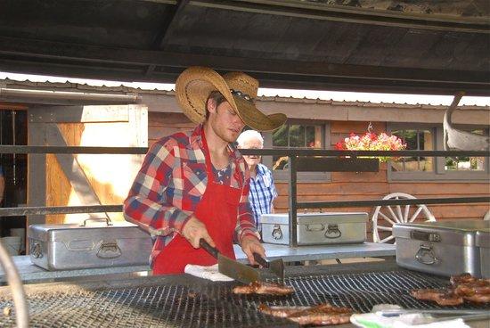 Bar J Chuckwagon Suppers: Cottura della bistecca