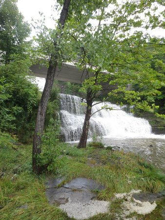 Finger Lakes Waterfall Resort: waterfall on the motel premises