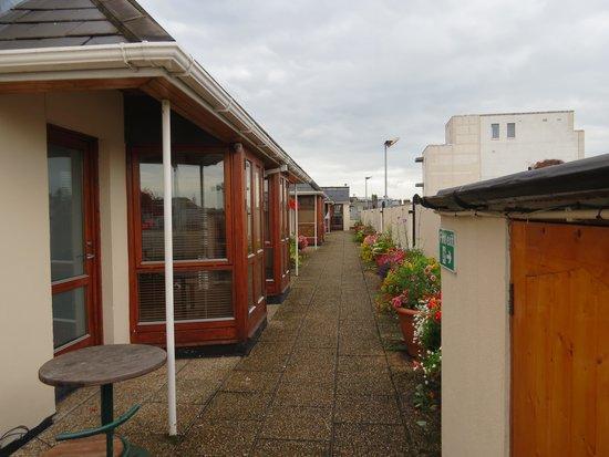 Oliver St. John Gogarty's Hostel: het 'dakstraatje' met appartementen