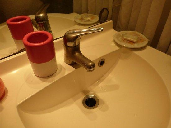Hotel Paradis: beau trou dans le miroir et pas de bonde dans le lavabo