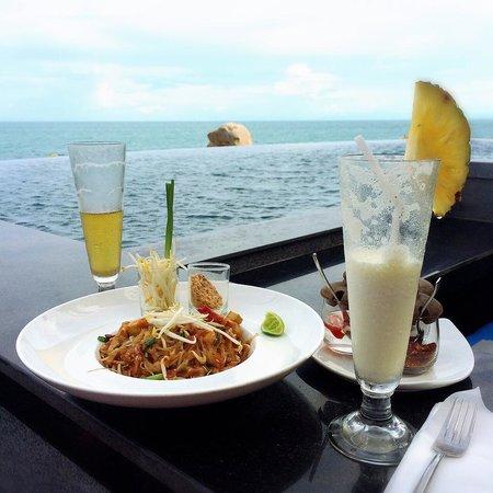 Silavadee Pool Spa Resort: 美味しいパッタイ@プールサイド
