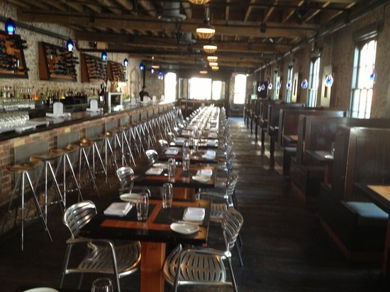 Pure Spirits Oyster Bar & Grill : Dining room