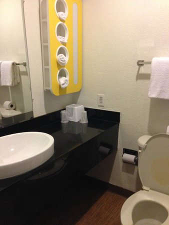 Motel 6 Houston - Hobby TX: bathroom