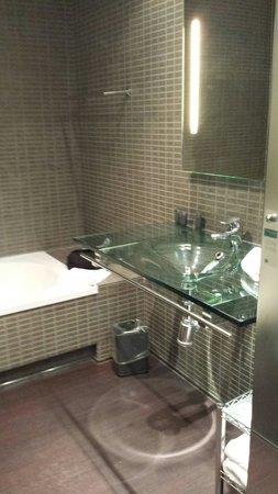 AC Hotel Porto : Salle de bain moderne
