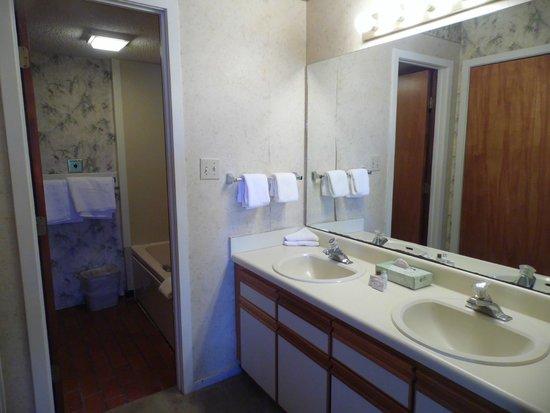 Country Club Hotel & Spa: Jr. Suite Bathroom