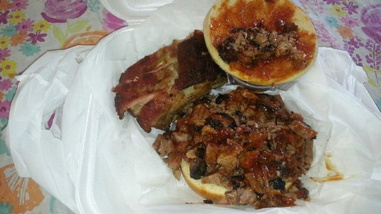 Gary Lee's Market: Mighty fine lunch right there - 3 ribs and a beef brisket sandwich. Nothing fancy, just darned g