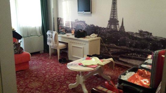 Hollywood Hotel Sarajevo: Sala habitacion Paris