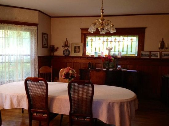 1922 Starkey House Bed & Breakfast Inn: dining room