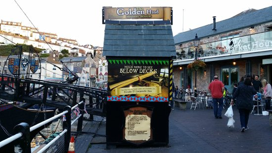 Brixham Fish Takeaway & Restaurant: Ticket office for entrance to Golden Hind a small galleon