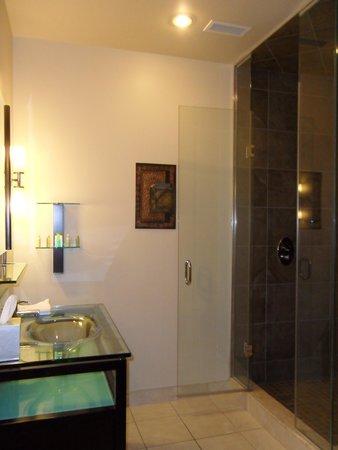 Sterling Inn & Spa: Room 221 Bathroom