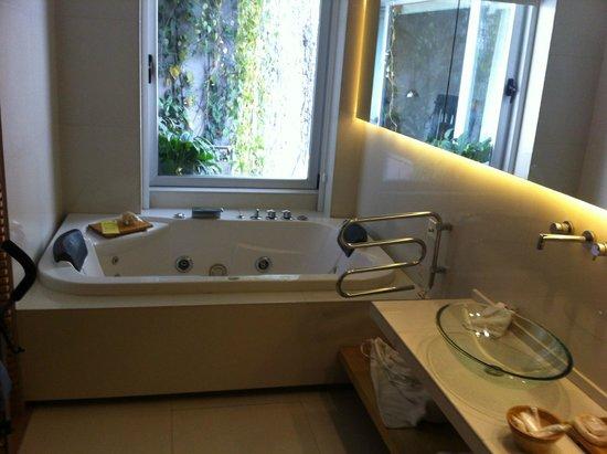 Casa Calma Hotel: Banheira do quarto
